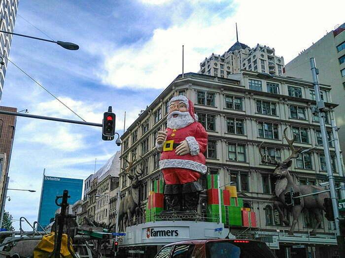 Queen Street'te dikilen Noel Baba heykeli