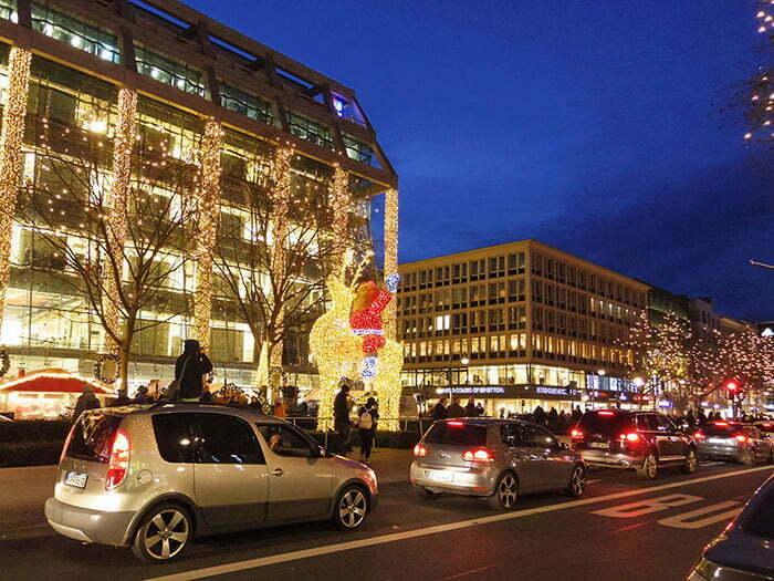 Tauentzienstrabe Caddesi boyunca Noel isiklari