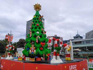 Aotea Meydani'nda Lego parcalarindan Noel agaci