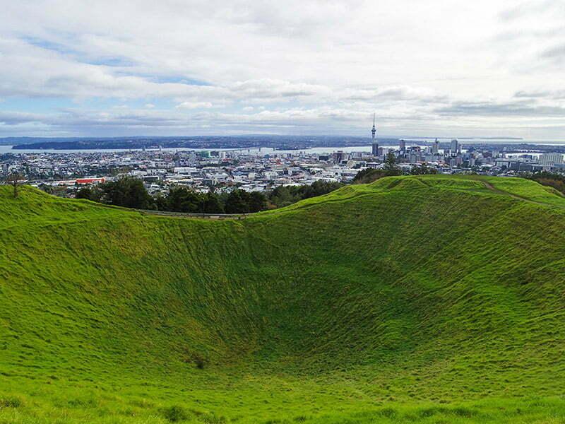 Mount Eden'in en buyuk krateri ve Auckland manzarasi