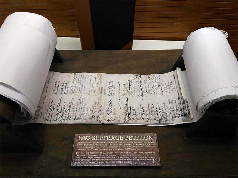 Kadinlara oy hakki savunucularinin topladiklari imzalar