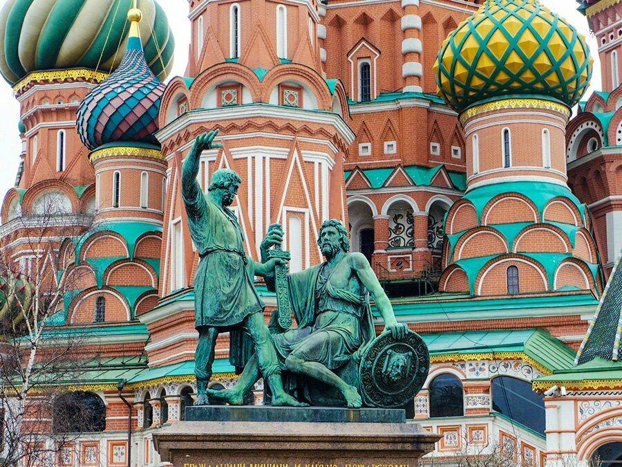 Kuzma Minin ve Dimitri Pojarski heykeli - Aziz Vasilis Katedrali