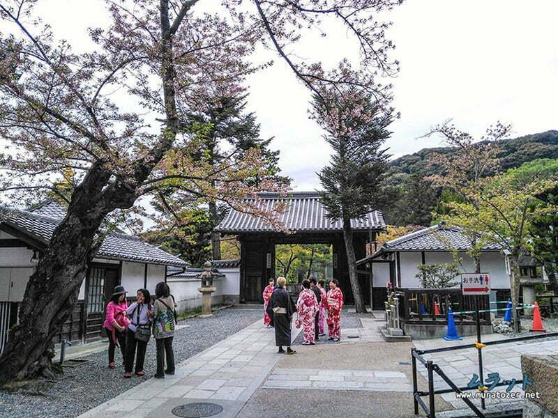 Kimonolari ile tapinak icinde gezen Japonlar