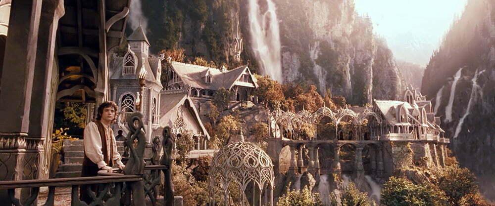 Frodo balkondan Ayrıkvadi manzarasına izlerken.